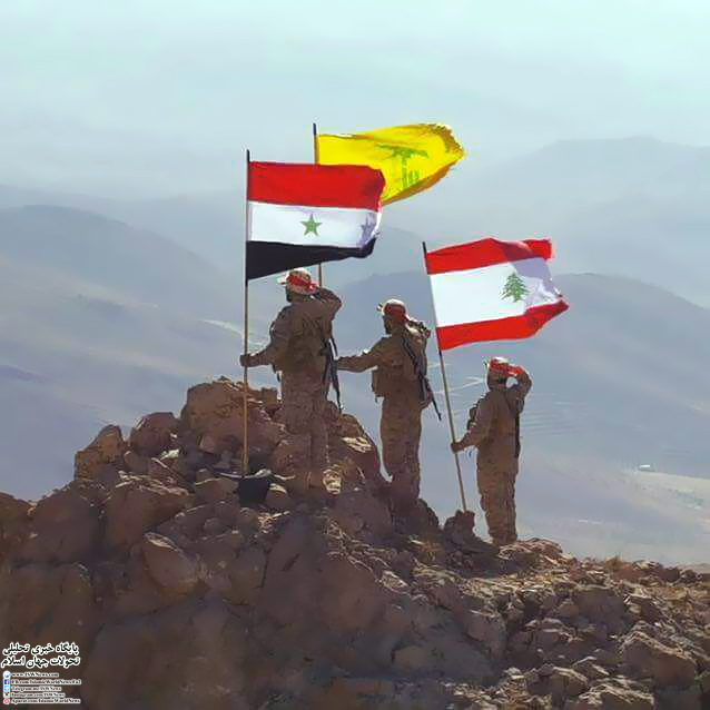 عکس| اهتزاز پرچم سوریه، لبنان و حزب الله پس از پاکسازی مرز این دو کشور از گروه های تکفیری