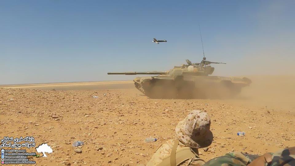 عکس| عبور موشک فاگوت از روی تانک ارتش سوریه در بیابان های استان دمشق.